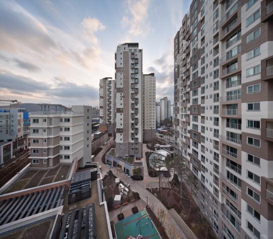 [건축과도시-위례아이파크1차] 단지와 어우러진 유럽풍 거리...블록 쌓은듯 독특한 발코니도 매력