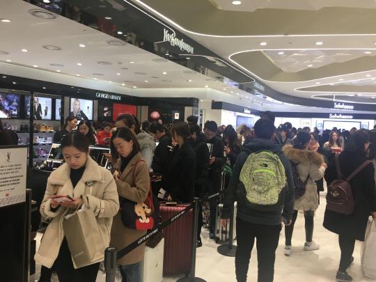 [2차 사드쇼크 오나] 중국어 사라진 명동... 일자리 잃는 중국인 직원