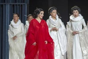 """오페라 '나비부인' 의상 디자이너 레지나 쉬레커 """"113년만에 기모노 벗기고 '나비부인'의 본질 입혔죠"""""""