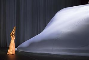[리뷰-무용극 '스위트 맘보'] 피나 바우쉬는 떠났지만 '그녀의 몸짓'은 살아있다