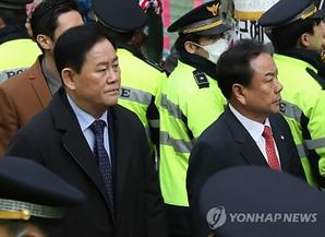 친박계 의원들, 박근혜 영장심사 앞두고 자택 방문