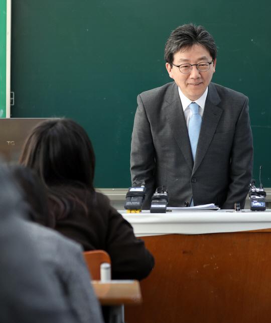 """일일 교사로 나선 유승민 """"학원 안 다녀도 되는 좋은 교육 만들겠다"""""""