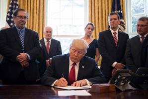 트럼프, 美 재무부 첫 방문··세금관련 칸막이 규제 완화 지시