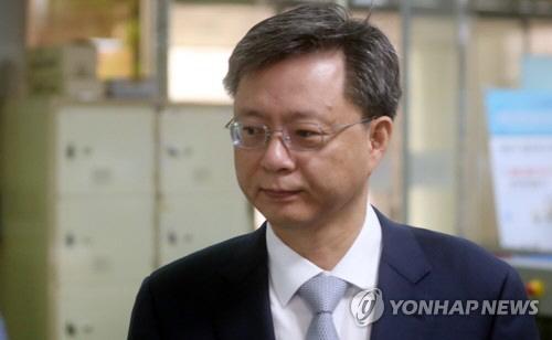 """우병우 재판서 """"하!"""" 코웃음 방청객에 과태료 50만원"""