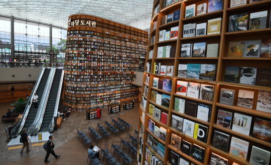 [토요워치]인스타그램 핫플레이스 '별마당도서관'..공간의 가치를 높이는 서점