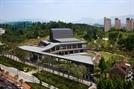 [건축과도시-강동아트센터] 공원의 일부처럼 나지막한 2층...건물·길·녹지가 한몸인듯