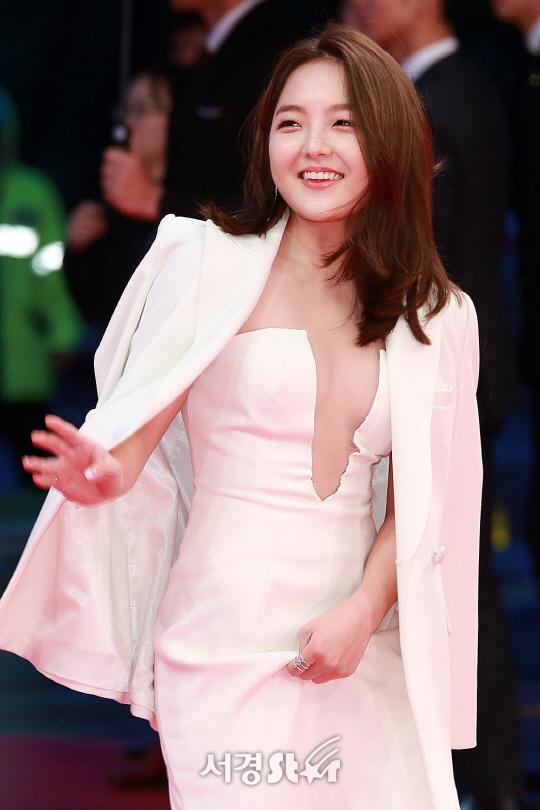 [SE★이슈] 서신애 드레스 논란...파격 변신 VS 스무살 배우의 유쾌한 일탈