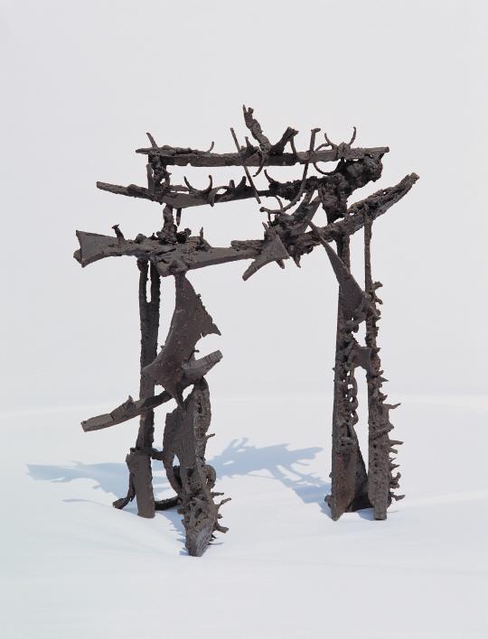[조상인의 예(藝)-37김종영 '자각상']생생한 나뭇결에 비대칭 얼굴...물성 그대로 살린 '不刻의 美'