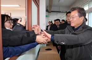 """포항 찾은 文대통령 """"지하 단층지대 조사 서두르겠다"""""""