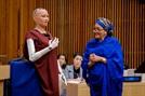 """[썸in이슈] """"2017년 UN 최고의 연설"""" AI로봇 소피아 '상생'을 강조하다"""