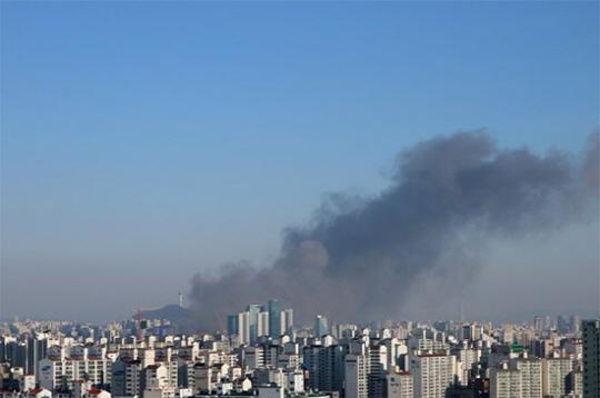 """'홍대 서교동 화재' 얼마나 심하길래? 현장 일대 혼란 """"대형불로 학교까지 냄새 난다"""" SNS 실시간"""