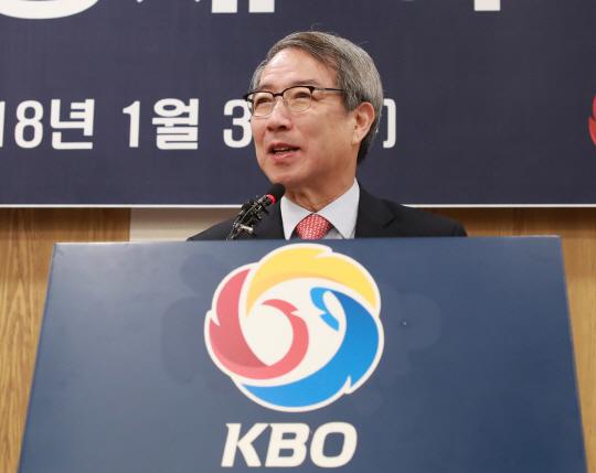 'KBO리그 산업화 기초 세우겠다'  정운찬 총재 취임