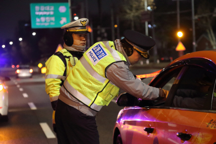 [경찰팀 24/7 음주운전 단속 동행해보니] '전 옆에 타기만 했는데요' 김과장의 변명 안 통합니다