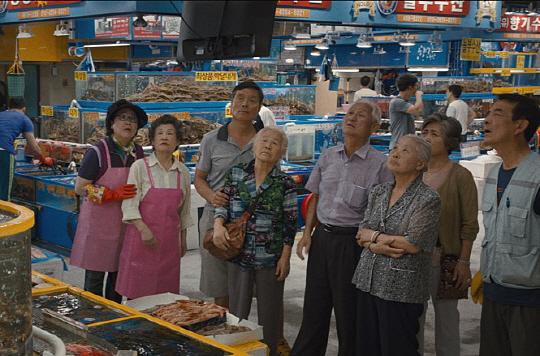[리뷰/ 영화 '다운사이징']12.7㎝로 몸 작아져 부자됐지만 모두 행복한 유토피아는 없었다