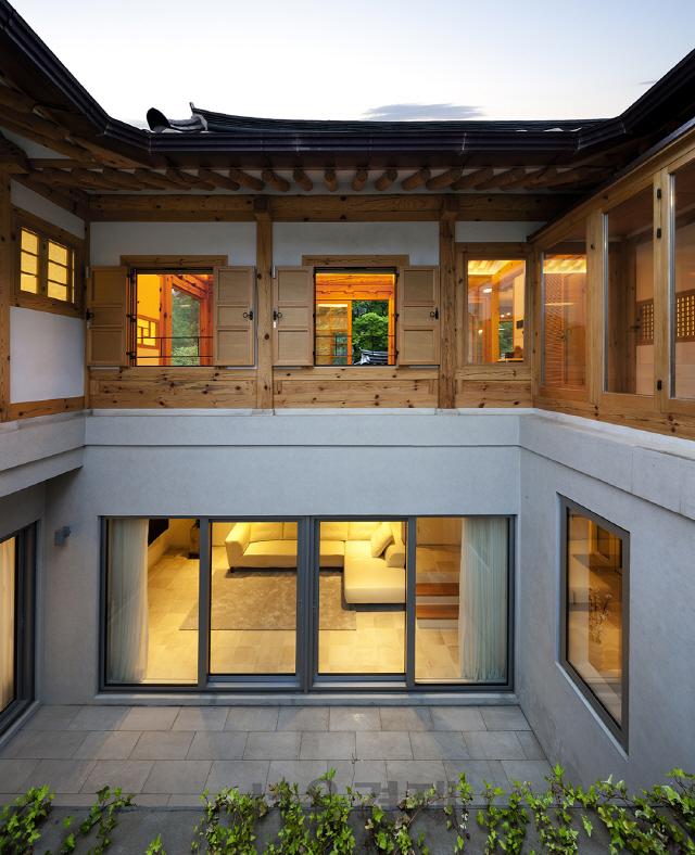 [건축과 도시-은평한옥마을 '낙락헌'] 한옥 반, 양옥 반...한지붕 아래 '반반'이 공존하는 즐거운 집