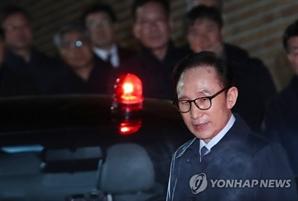 이명박, 서울동부구치소 도착…수의 갈아입고 '머그샷' 촬영