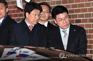 """이명박 구속 배웅한 장제원 의원에 누리꾼 """"구치소 같이 가세요"""" 야유 폭발"""