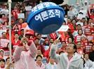 빗속에도 '댓글공작 특검하라' 퍼포먼스 벌인 한국당