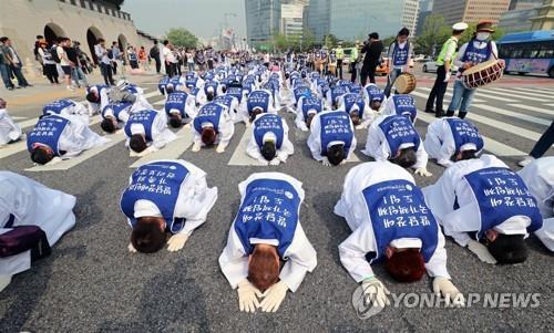 """""""발달장애 국가책임제 촉구"""" 장애인 부모 2천명 삼보일배"""