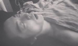 """이엘, 김재욱 사진 유출 """"재밌겠다 싶어 올린 것"""" 해명했지만 네티즌들 """"누가 대기실에서 벗고 자냐"""""""