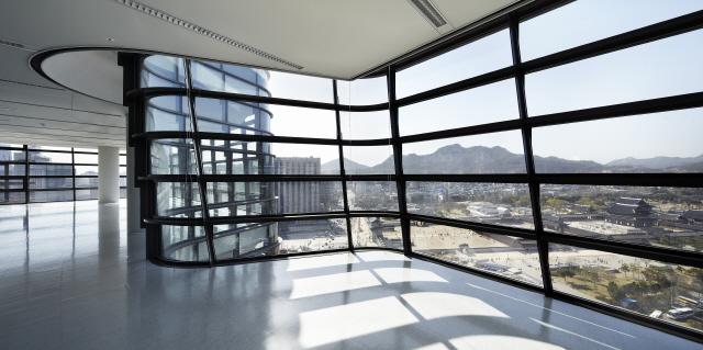 [건축과도시-트윈트리타워] 전통·현대의 완전한 대비...경복궁 앞에 뿌리 내린 '쌍둥이 고목'