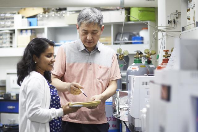 [이달의 과기인상] 김기현 한양대 교수, MOF로 대기 중 1급 발암물질 감지…공기정화 한계를 넘다