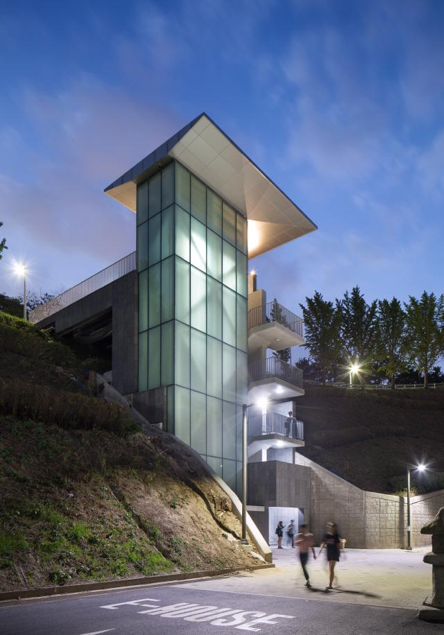 [건축과도시-이화여대 기숙사 E-House] 안산 자락 위에 아기자기...주변 경관과 어우러진 공간