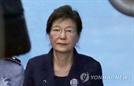 """""""박근혜는 무죄"""" 박 전 대통령 국선변호인 """"취득한 범죄 수익 없다"""""""