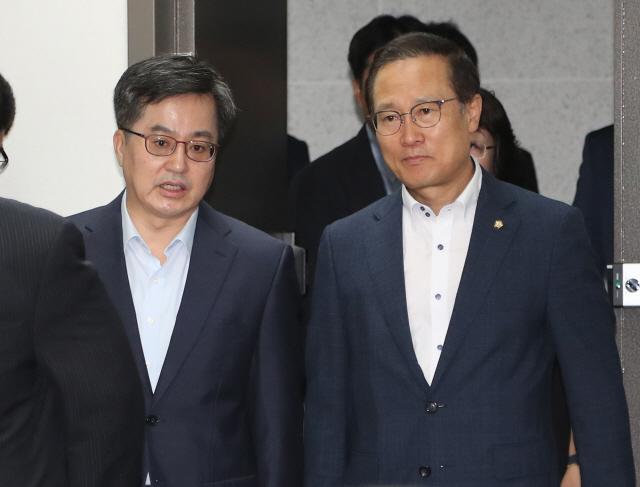 당정, 세법개정안 협의..김동연 '2.5조 세수 감소, 문제없다'