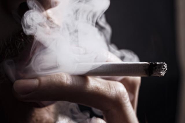 2살 아이가 하루 두갑…인도네시아 유아 담배 중독 논란