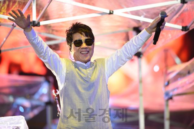 '나는 아직도 음악이 고프다' 데뷔 50주년 맞은 '가왕' 조용필
