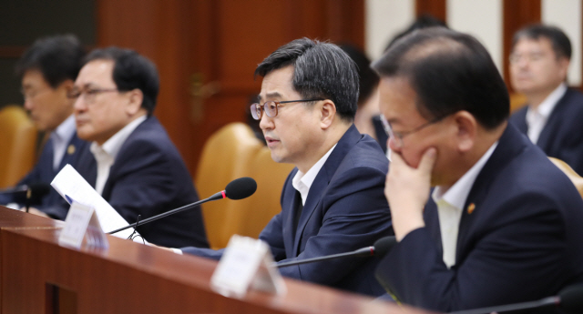 """김동연 """"최저임금 인상 속도조절 방안 당·청과 협의"""""""
