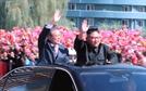 포옹·카퍼레이드…김정은 '文대통령 예우' 파격인 이유