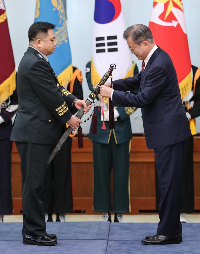 [사진] 합참의장 삼정검에 수치 수여하는 文 대통령