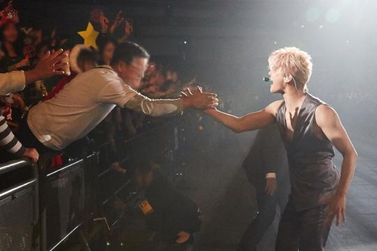 김준수, 3만 관객 동원 도쿄 공연 대성황! 팬들의 깜짝 생일파티에 '감동'