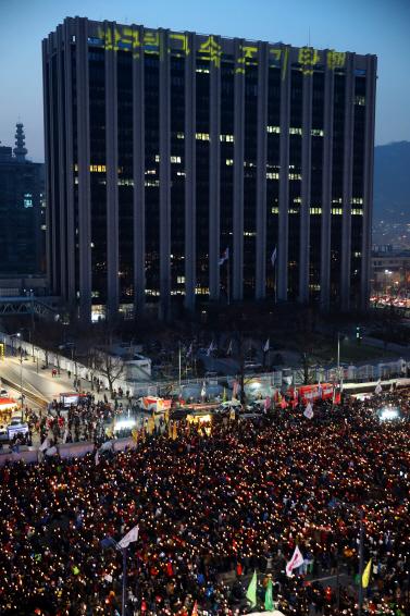 [9차 촛불집회]성탄 전야 광화문은 촛불 물결..거리에선  '하야 크리스마스'