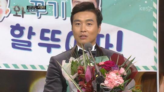"""[KBS 연예대상] 이동국, '슈돌'로 최우수상 수상 """"현직 운동선수가 여기서 상 받아도 되나요?"""""""