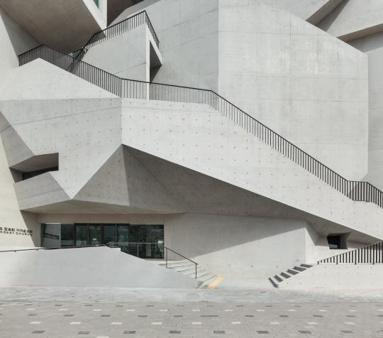 [건축과도시-김포 가까운교회] 갤러리 인듯...상가건물 인듯...트랜스포머 닮은 '파격의 聖殿'