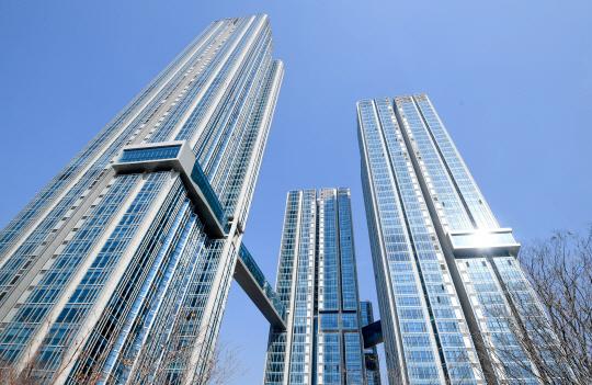 [건축과도시] 최고 56층...단순함으로 차별화...한강변 '튀는 아파트'로 우뚝