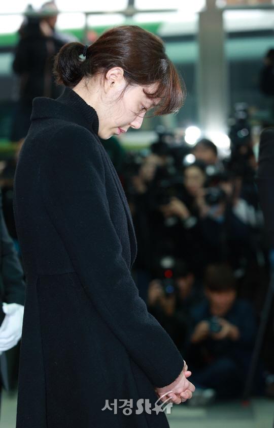 '故 김주혁 발인' 운구차 앞에 선 이유영