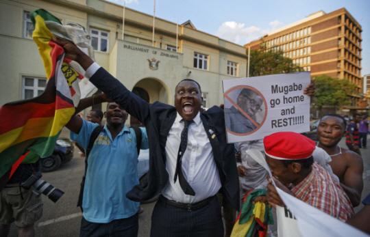 """짐바브웨 무가베 사임 결정, """"너무 좋아"""""""