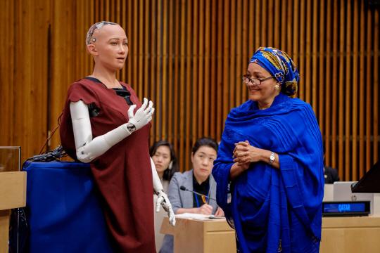 [썸in이슈] '2017년 UN 최고의 연설' AI로봇 소피아 '상생'을 강조하다