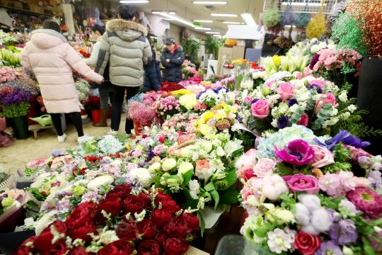 졸업시즌 앞둔 꽃시장