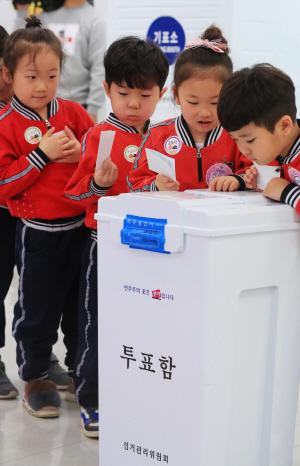 [사진] 투표함 속이 궁금한 어린이들