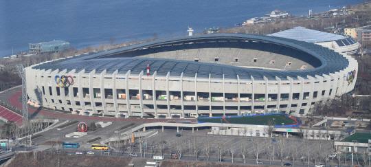 [건축과 도시] '백자 곡선' 두른 서울올림픽 주경기장…'하얀 파도' 입힌 부산아시아드 주경기장