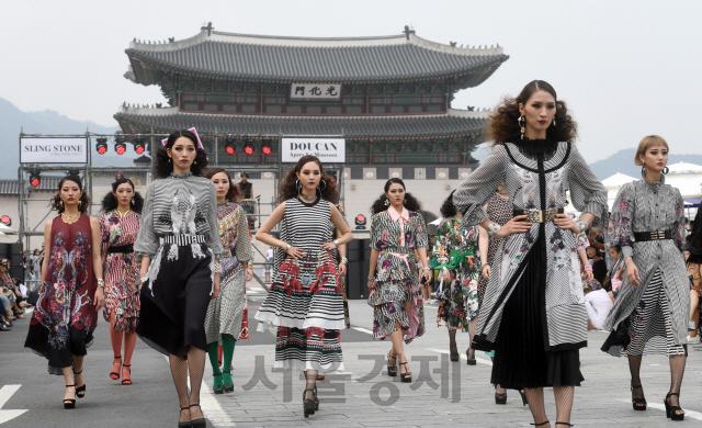광화문에서 즐기는 패션쇼