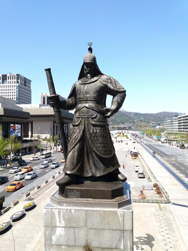 [조상인의 예(藝)-66김세중 '충무공 이순신 장군상']오른손엔 칼...당당한 위용...승리한 장군의 기백을 담다
