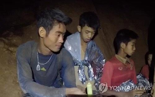 태국  '동굴 소년' 일부 무국적 난민…맨유 초대장에도 구장 못가보나