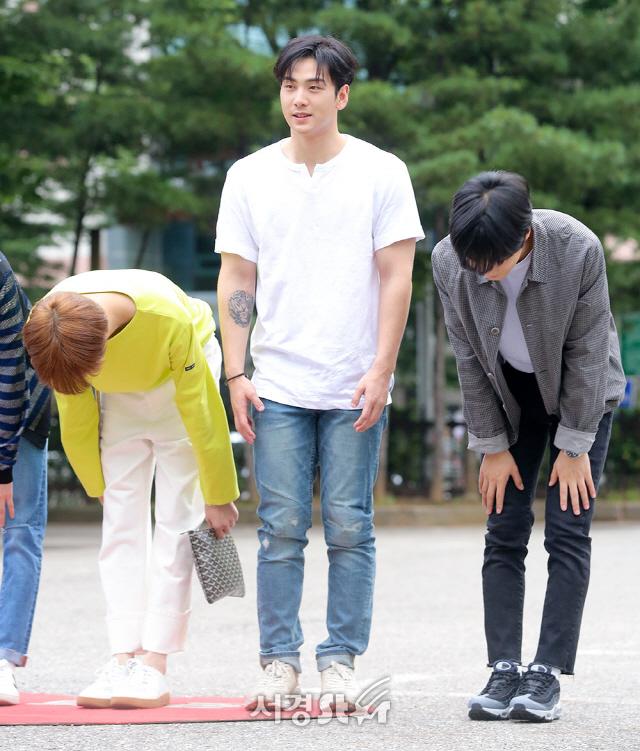 뉴이스트W 렌-백호-JR, '괜히 민망해지는 타이밍' (뮤직뱅크 출근길)