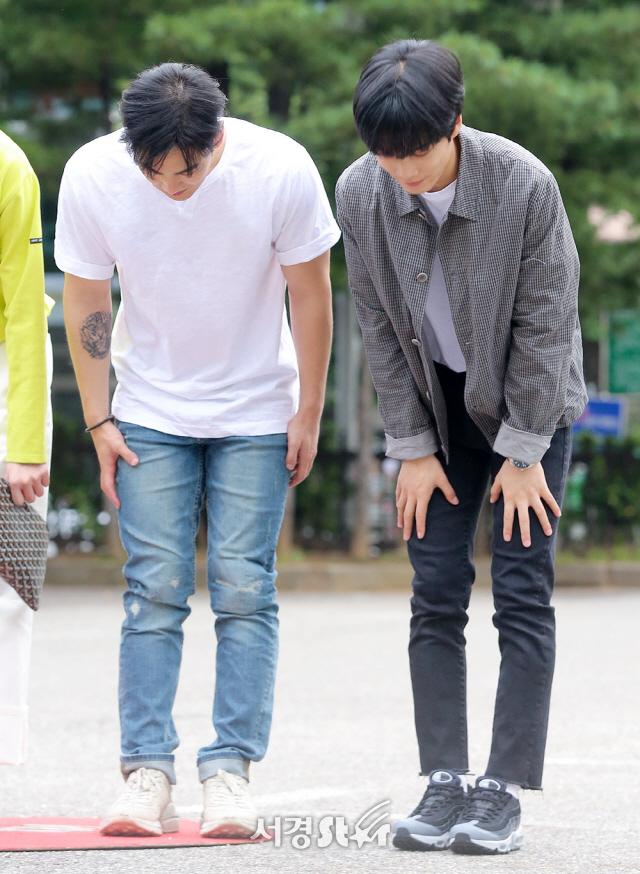 뉴이스트W 백호-JR, '허리 숙여 정수리 자랑' (뮤직뱅크 출근길)